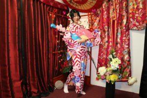 中國的女士穿上了我們鮮豔的和服,非常適合呢!