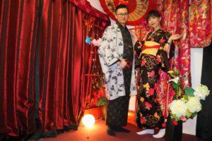 中國的情侶,女士穿著黑色和服,十分有個性。