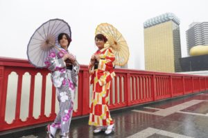 女子会で着物を体験いただきました。\(^-^)/矢羽とたて線の上品なお着物がとてもお似合いで素敵です(^○^)浅草散策楽しんで下さいね(*^ー^)