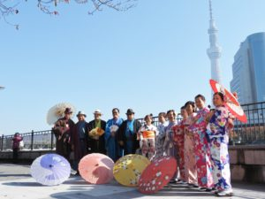 台湾からのお客様です\(^_^)/女性は伝統的なお着物に、まとめ髪に和柄の髪かざりでコーディネートいたしました。男性は着物に羽織をお選び頂き、ストーンの羽織紐を付けています。皆様とても華やかで上品で素敵です\(^_^)/日本旅行楽しんで下さい(^-^) 台湾的團體來淺草觀光順便體驗和服,髮型髮飾到和服都很和襯,希望能為大家留下美好回憶,日本觀光玩得愉快喔!