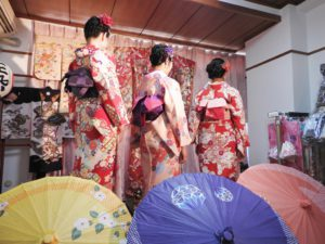 香港からのお客様です(^○^)艶やかなお着物をお選び頂きました。皆様とても可愛らしくて素敵です\(^_^)/浅草散策楽しん で下さいね(^o^)/ 香港來的三位美女,都選擇了鮮豔顔色的和服款式,在寒冷的冬天看起來暖暖的噢 \(^_^)/每位都很可愛,很美。願你們今天在淺草玩得開心