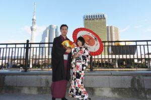 快晴のなかでの記念撮影です。日本の伝統的な和服がお二方とも、お似合いです。浅草散策楽しんで下さいね\(◎o◎)/ 两位客人都选择了适合自己的传统和服款式,都是素雅的感觉,超级相配喔\(◎o◎)/难得晴朗的天气,祝您们在浅草玩的开心,有个幸福的回忆!
