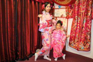 來自香港的母女,兩位都穿上了粉紅色的和服,很俏麗呢~