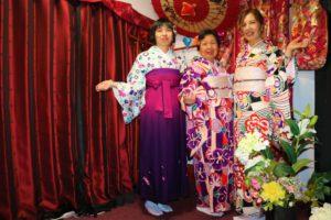 同樣是來自香港的三位女士,最左邊的那位選擇了袴的套裝~