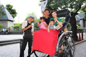 可愛らしいお子様とご家族、人力車で観光