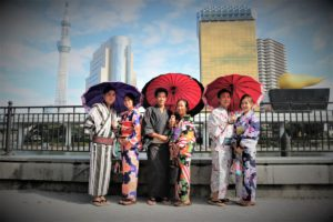 香港來的感情很好的家族、穿著和服浅草観光散步去囉!
