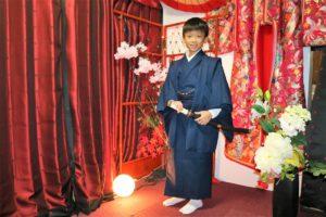 來自香港的家族前來淺草歡度新年,小男孩穿著和服也相當有氣勢呢!