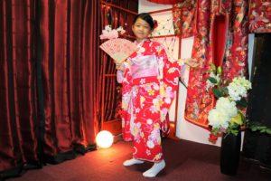來自香港的小女孩選擇了粉色與紅色的振袖,看起來十分俏麗呢!
