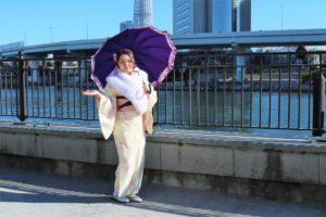 來自香港的美女選擇了粉嫩色調的和服,襯托出她不凡的氣質,披上高貴的脖圍更有新年的氣氛了呢!
