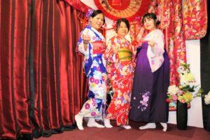 來自香港的家族,兩位女士穿著華美的和服,年輕的姊姊則選擇了時下最流行的袴套裝!