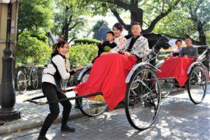 ご家族で人力車にご乗車、浅草観光。