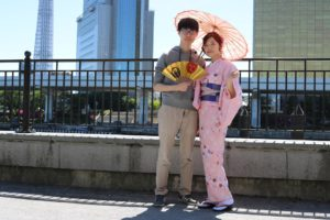 海外からお越しのお客様です。かわいいピンクの着物をお選びいただきました、初めての和服体験ありがとうございます。浅草、浅草寺、雷門を楽しんでくださいね。