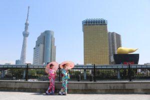 海外からお越しのお客様です。当店前の隅田公園で記念撮影です。とてもかわいいですね。