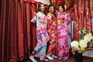 來自中國的三位女士,左右兩位穿上了華麗的簡便振袖呢!