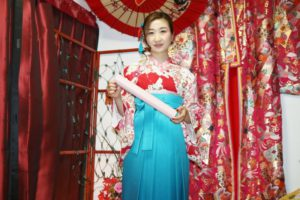袴プランご利用のお客様です。大人気のレトロな赤色の着物と宮脇咲良さんが着た袴を選び頂きました。お似合いですね。可愛いです。