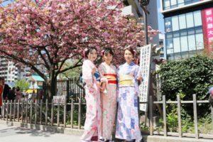 海外からお越しのお客様です。着物で女子会、いい思い出になりますね。浅草散策たのしんでください。