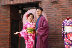 香港からお越しのお客様です。紳士的な着物とかわいいピンクの着物をお選びいただきました。お似合いです。