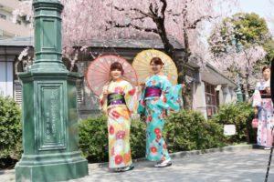 女子会 に 着物 で 浅草散策 です👘✨ お二人共とても可愛いです😍💕 食べ歩きや記念撮影、 浅草巡り 楽しんで下さいね🎵