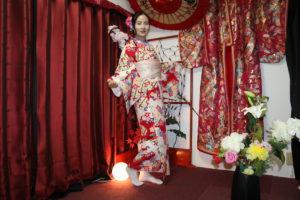 來自中國的客人十分適合紅色的和服呢!