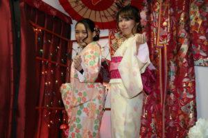 🌸模様のお着物は、大変人気です❣️特に薄ピンクをお選び頂きました👘👘。  🌸客人选择了樱花和服❣️,特别有人气哦。浅粉色真的很好漂亮😌🎀