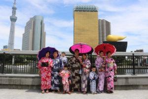 台湾のご家族様です。隅田公園でスカイツリーと記念写真