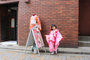 香港から日本旅行でご利用です。女の子はかわいいですね。 從香港來的妹妹,穿上和服也很有架式呢!