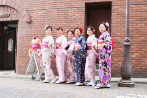 台湾からお越しのお客様です。家族で和服体験、素敵でお似合いですね。雷門、浅草寺を楽しんで下さいね。