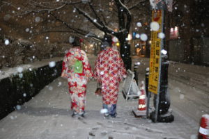 今日の東京浅草は大雪、ひらひらと雪の舞う中、お着物着て浅草寺へお参りにお出掛けになりました👘雪と着物のコラボ!素敵ですね❤️ご利用ありがとうございます😊とてもお似合いで素敵です👘😌🌸🌸❣️  来自海外的客人❣️❣️,今天东京下了大雪,😍天空飘着雪花穿着和服去浅草寺观光好浪漫。非常漂亮哦,谢谢你们冒雪前来浅草哦……