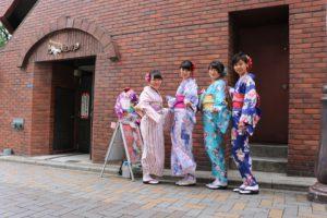 台湾からお越しのお客様です。レトロな着物をお選びいただきました。