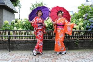 中国からお越しいただきました。お二方とも着物がお似合いですね。 兩位中國客人都挑了很適合的和服呢!