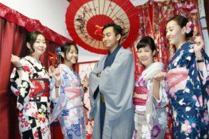 家族で一緒に和服体験。初めての和服体験ありがとうございます。楽しんでください。