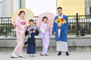 海外からお越しのご家族です。紳士的な着物と可愛いピンク、薄い紫をお選び頂きました。
