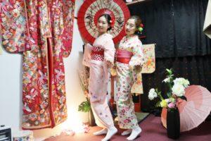 香港からお越しのお客様です😊 伝統的な花柄のお着物をお選び頂きました(^∇^)とてもお似合いで素敵です^_^ 來自香港的客人,選擇傳統花樣的和服,非常適合您們喔