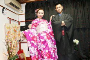 香港からお越しのお客様です.振袖プランをご利用いただきました。ピンクのお着物がお似合いで可愛いです。男性は 伝統的なお着物 をお選び頂きとても素敵です\(^-^)/#浅草散策 楽しんで下さいね(*^ー^)ノ♪ 从香港来的客人,女士选择了粉红色的振袖,超级可爱.男士选择了传统颜色的和服,很帅气,两位超级相配喔 \(^-^)/愿你们今天在浅草有个美好的回忆!(*^ー^)ノ♪