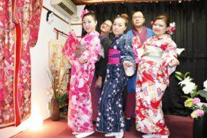 香港からお越しのお客様です!艶やかなお着物をお選び頂きました(^^)ヘアーメイクもいたしました。とても素敵です\(^_^)/男性は伝統的なお着物をお選び頂きました!店内にてのお写真をとりました。浅草観光楽しんで下さいね(*^ー^)ノ♪ 从香港来的客人,女士选择了颜色鲜艳款式各异的和服.男士选择了传统颜色的和服,搭配着黑色的外搭超级帅气!愿大家今天浅草观光可以给您留下美好回忆