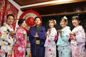 """台湾からお越しのお客様です(^^)v、日本伝統的な艶やかなお着物をお選び頂きました。ありがとうございます 皆様日本旅行楽しんで下さいね(""""⌒∇⌒"""") 从台湾来的客人团体,选择了传统的颜色鲜艳的和服,在百忙之中选择了我们店很感谢您的信任和支持,祝各位的日本旅行一切顺利!(""""⌒∇⌒"""")"""