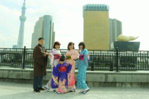 台湾からお越しのお客様です(^^)v御家族でのご利用ありがとうございます\(^o^)/お嬢様は子供振袖 をきて、大満足げでした。とてもお似合いで 可愛いですね\(◎o◎)/皆様浅草和服体験楽しんで下さいました(^^) 从台湾来的客人,是一个大家族的旅行喔!小朋友穿了可爱的振袖,去浅草寺成了小明星喔\(^o^)/男士选择了竖线条纹很有日本风喔!女士都选择了浅色的和服,女子力爆棚哦,超级温柔美丽!愿您们接下来的日本旅行玩的开心(^^)