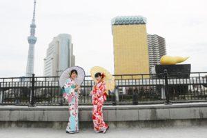 #東京 #浅草観光 に #和服 👘で #浅草寺 にお出掛けです。 #レトロモダン なお #着物 がとてもお似合いで #可愛いです 💕💕💕🌸  ✌️东京浅草和服出租,浅草寺游逛。 穿着传统古典的和服美美哒❤️