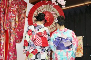 市松模様や和柄のお着物をお選び頂きました💕ヘアーセットもとてもお似合いで可愛いです😊浅草散策楽しんで下さいね(*^▽^*) 選擇日式傳統的花樣,髮型也都非常適合您們,非常可愛。祝您們在淺草逛的愉快