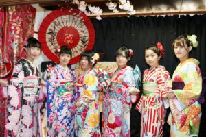 台湾からお越しのお客様です(^^)伝統の本振袖をお選び頂きました^_^とてもお似合いで可愛いですね💕日本旅行浅草を楽しんでくださいね(^∇^) 从台湾来的客人,是闺蜜之行喔!选择了振袖的体验,,好多样式都是本店的最新款,鲜艳颜色花朵图案的和服与春天最相配了^_^每一位都非常漂亮可爱,愿你们在日本度过一个愉快的旅行(^∇^)