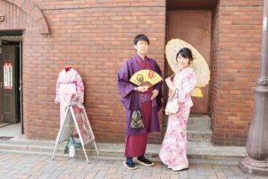 仲良し #カップル で #着物デート にご利用頂きました💑👘✨ 女性はピンク色の縦線が可愛らしいお #着物 に黄色の帯を差し色に入れコーディネート👘 男性はえんじ色のお着物に紫の羽織と帯を合わせて粋に✨お二人共とても素敵に着こなして頂きました(*^^*) #雷門、 #浅草寺、 #浅草 の街を #和服 で散策楽しんでくださいね😉!