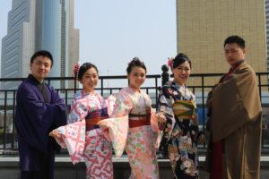 台湾からお越しのお客様です。伝統的な羽織にお着物の紳士の和服です。また女性は、レトロモダンなお着物にヘアーメイクもいたしました。とてもお似合いで可愛い💕💕です。浅草観光楽しんで下さいね(^∇^) 來自台灣的客人唷!!男士們選擇了傳統風個格的羽織,女士們選擇了復古風的和服,都非常可愛很適合各位唷(^∇^)祝福您們在淺草觀光愉快!