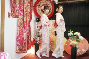 和柄の上品なお着物を色違いでお選び頂き双子コーデです(*^▽^*)ヘアーセットもシニヨンや編み込みの伝統スタイルです💗お二人共とても可愛いですね😍!浅草散策楽しんで下さいね🎵