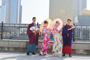 台湾からお越しのお客様です。 來自國外的客人😊 女生們挑選了 #輕便振袖方案 👘 花花圖樣好漂亮  華麗#振袖✨是日本傳統style! 男生們也穿得很日本人喔👘 大家玩得開心唷〜🎵
