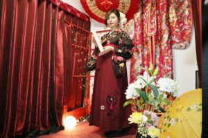 御卒業おめでとうございます㊗️🎓 袴プランをご利用頂きました。レトロモダンなお着物に当店オリジナルの袴です。 ヘアースタイルも編み込みアップでお似合いです。