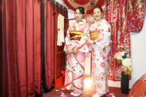 ご家族での体験です。とても上品な装いの和服をお選び頂きありがとうございます(*^◯^*) 一家人和气洋洋的来体验日本和服文化啦。谢谢你们的光临,大家都很会选呢选择了很有品味的和服哦。