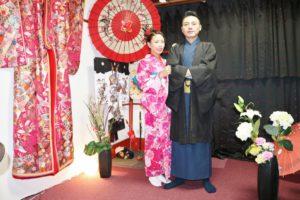 #香港 からお越しのお客様です^_^紺色のたて線の #紳士 のお #着物 とピンクの #花柄 の艶やかなお着物をお選び頂きました(^∇^)とてもお似合いで素敵ですね♪和服体験ありがとうございます😊 从香港来的客人选择了蓝色竖条线的和服款式,黑色的外搭,很是帅气,女士选择了人气款和服,粉色的花朵图案的和服,非常漂亮很適合兩位唷!謝謝您們