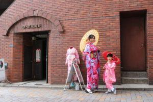 #台湾 から #家族旅行 でお越しのお客様です❤️ 親子で伝統的な #振袖体験 して頂きました👘✨お子様もピンクの可愛らしい被服をお選びになりました!お二人共とても素敵です(*'▽'*)