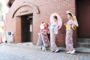 レース柄の #双子コーデ です。👘🎀 #可愛い着物 で、 #浅草散策 です。  蕾絲圖樣的雙胞胎裝扮👘🎀 #可愛的和服 在淺草散步