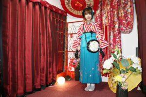 伝統かつモダンに袴を着こなしています。可愛いですね!